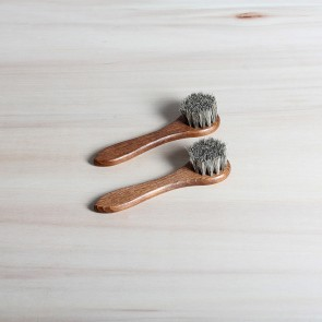 2 applicator brushes, 100% horsehair, dark or light
